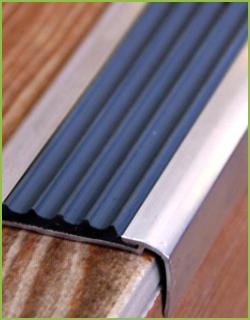 Алюминиевый угол-порог с чёрной резиновой вставкой